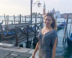 Minimalistic Female Summer Traveler: 10 Essential Things in My Luggage